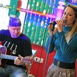 Pesmi je odpela ob spremljavi kitare, harmonike in tolkal. (foto: Boštjan Tacol)