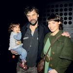 Jan Cvitkovič je premiero svojega kratkega  filma Sto psov proslavil z  ženo Ireno in hčerko Malo.  (foto: Sašo Radej)