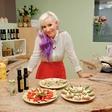 Alya se navdušuje nad kuharskimi oddajami
