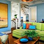 Dnevna soba s svetlo zeleno sedežno garnituro deluje zelo sveže in v njej se celotna družina veliko zadržuje.  (foto: Profimedia)