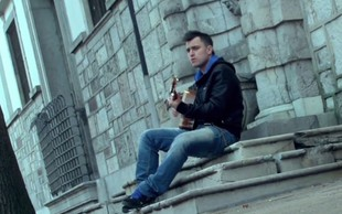 V novem Omarjevem spotu igra Boris Cavazza