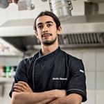 Glavni kuhar v gostilni je Anže Gorenc, ki se je izobraževal tudi v Kaliforniji. (foto: Darko Pavlovič)