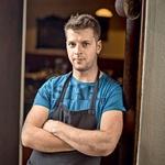 V gostilni dela tudi Andrejev brat Rok Murko, ki je zadolžen za strežbo. (foto: Darko Pavlovič)