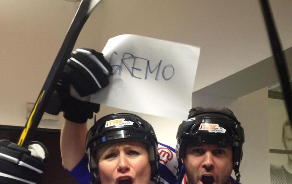 """Ana in Štefko v hokejski opremi: """"Gremo Risi!"""" (foto: Radio Center)"""