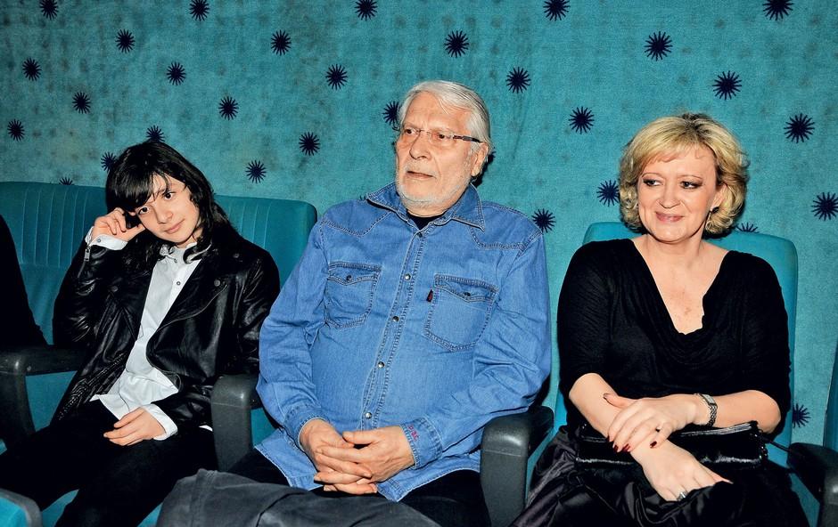 Boris Cavazza si je premiero  ogledal s sinom Aleksandrom  in svojo srčno izbranko Ksenijo  Benedetti.  (foto: Sašo Radej)