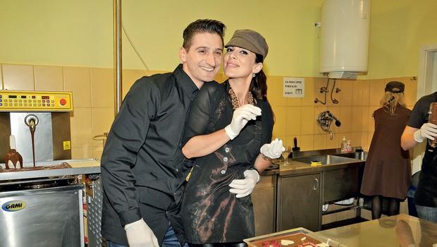 Iris Mulej in njen  fant Daniel  Utješanović sta si  vsak podarila svojo  čokolado z napisom  'love'.  (foto: Sašo Radej)