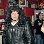 Tone Košmrlj se je  poskušal  zamaskirati s črno  lasuljo, a je bil kljub  temu še vedno  prepoznaven.  (foto: Klemen Prepeluh)