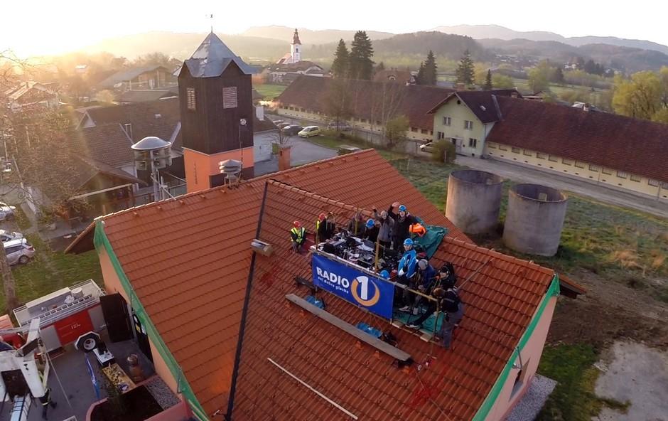 Denis Avdić Show v živo s strehe PGD Prevoje (foto: Radio 1)