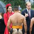Kate presenetil pomanjkljivo 'oblečen' moški