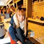 Modna urednica revije Elle Petra  Windschnurer je  obula 'superge' za pomladne dni.  (foto: Peter Irman)