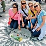 Polona s prijateljicami pri zvezdi Johna Lennona, kjer posedajo številni glasbeniki in preigravajo komade Beatlesov. (foto: osebni arhiv Polona Požgan)