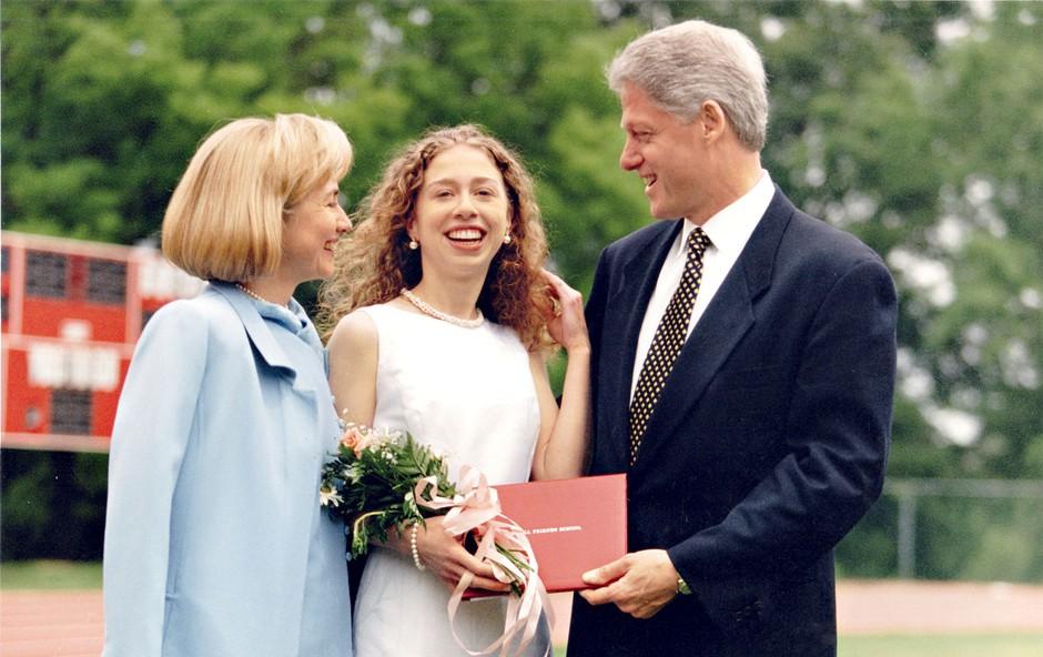 Bill Clinton je že leta 2011 v Davosu izjavil, da si želi srečno in veselo ženo, kar pa Hilary ne bo, če ne bo postala babica. (foto: Profimedia)