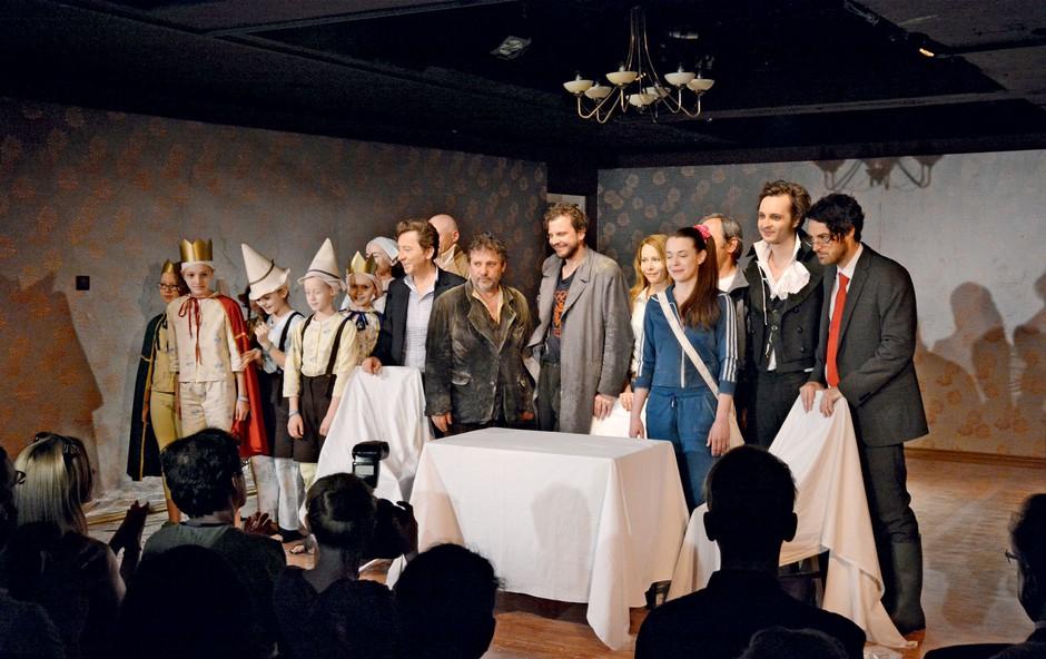 Predstava v režiji Sebastjana Horvata je navdušila vse goste, ki so z igralci proslavili tudi na sprejemu po predstavi. (foto: Sašo Radej)