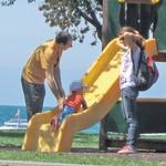 Edi se je v parku kot vesten očka v sončnem vremenu s svojim sinom igral, nato pa  se jima je čez čas pridružila  tudi Pucerjeva partnerica Petra (skrita za sončnimi očali). (foto: Alpe)