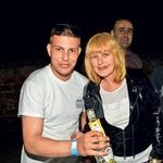 S svojim sinom  Janom je nazdravila  igralka Zvezdana  Mlakar. (foto: Sašo Radej)