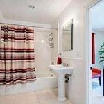 V vilah zvezdnikov so po navadi  kopalnice veliko večje.  (foto: revija Lea)