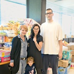 Tudi košarkar Dragiša pomaga. V center je prišel z ženo in otrokom. (foto: Primož Predalič, Goran Antley)