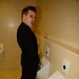 Kores ujet na WC-ju in med poljubljanjem bivše
