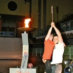 Olimpijski ogenj sta prižgala Jure Franko in Danijela Ciglarič, dobitnica medalje na svetovnih igrah v SO v Koreji. (foto: revija Lea)