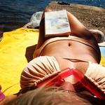 Svojo zapeljivo postavo pa je sončnim žarkom nastavila tudi na kopnem. (foto: facebook.com/AlyaMusic)