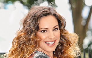 Tako Kelly Brook opeva svoje prsi