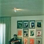 Na steni posterji Elvisa. V kotu pa on kot reklamni pano. (foto: Profimedia)