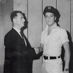 Roger Asquith, ki je tudi posnel vse te fotografije, in Elvis na začetku svoje kariere.  (foto: Profimedia)
