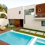 Ker hiša ne stoji na samem, je za zasebnost poskrbljeno z zidom. (foto: Profimedia)