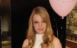 Ana Soklič gola v svojem novem videospotu