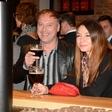 Veselo druženje ljubiteljev piva ob odprtju nove pivnice