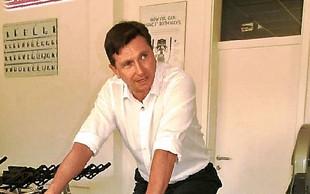 Borut Pahor - predsednik, ki vozi katrco, se pogovarja z zlato ribico in je znan po svojih selfijih!
