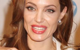 Rdeča vrvica na zapestju Madonne in kačica na prstu Angeline Jolie