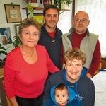 Marko v objemu članov  družine – mame Mojce,  očeta Mira, brata Miha in  nečaka Martina.   (foto: revija Nova)