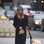 Tudi top model Suki Waterhouse pobira pasje iztrebke (foto: Profimedia)