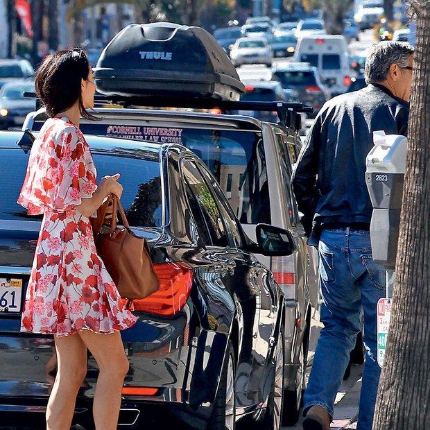 Amal Clooney na poti k zdravniku