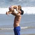 David Beckham debelušen? Njegova Harper že misli tako.