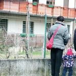 Pred Valerievo hišo  se še vedno  ustavljajo tudi  njegovi oboževalci  in čakajo, ali se bo  morda prikazal. (foto: N. Divja)