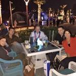 Sara se je v Dubaju  razveselila svojih  prijateljev iz Slovenije. (foto: M.M.)