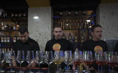 V resničnostni šov Bar se je vselilo 12 barovk in barovcev