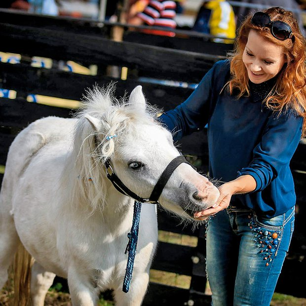 Regina redno obiskuje Društvo za zaščito konj.