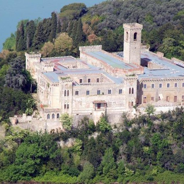 Na prodaj italijanska vas vključno z ogromnim gradom!