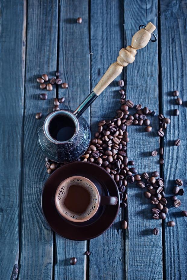 Najbolj 'zgovorno' kavno usedlino ustvarja prava črna kava. Naj bo brez mleka, smetane in nikar s preveč sladkorja. (foto: profimedia)