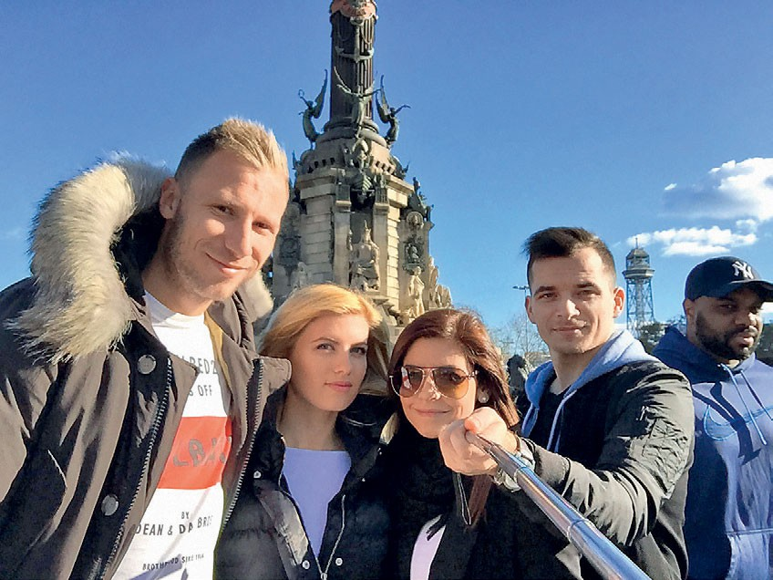 Potovala je s svojim najboljšim prijateljem, ravno takrat pa se je po Barceloni potepala njena najboljša prijateljica Katja Litrop in njen fant, nogometaš Džengis Čavuševič. (foto: osebni arhiv)