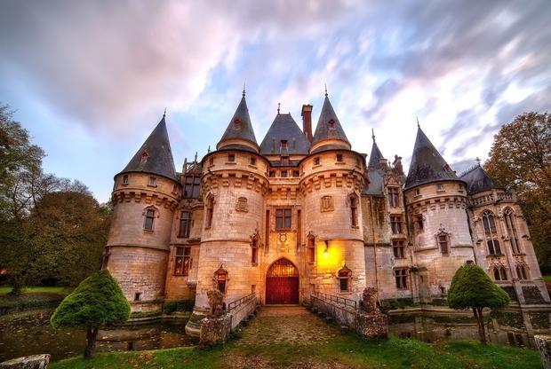 Na prodaj je grad, pred katerim je Rihanna snemala video za Te Amo! (foto: profimedia)