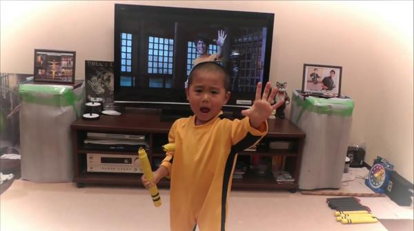 5-letnik, ki natančno imitira Brucea Leeja z nunčaki, vam bo zagotovo popestril dan