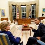 S sedanjim predsednikom ZDA Barackom Obamo v ovalni pisarni, ki jo bo mogoče kmalu zasedla sama. (foto: Profimedia)