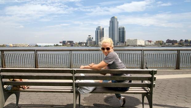 Christine izjemno rada sedi in uživa ob vodi, kjer nastane veliko novih idej za pesmi. (foto: osebni arhiv)