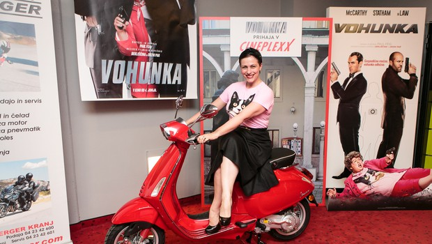 Nuška Drašček se odlično znajde tudi v vlogi vohunke (foto: Cineplexx)