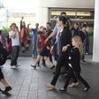 Kaos ob prihodu družine Jolie-Pitt na letališču v Los Angelesu