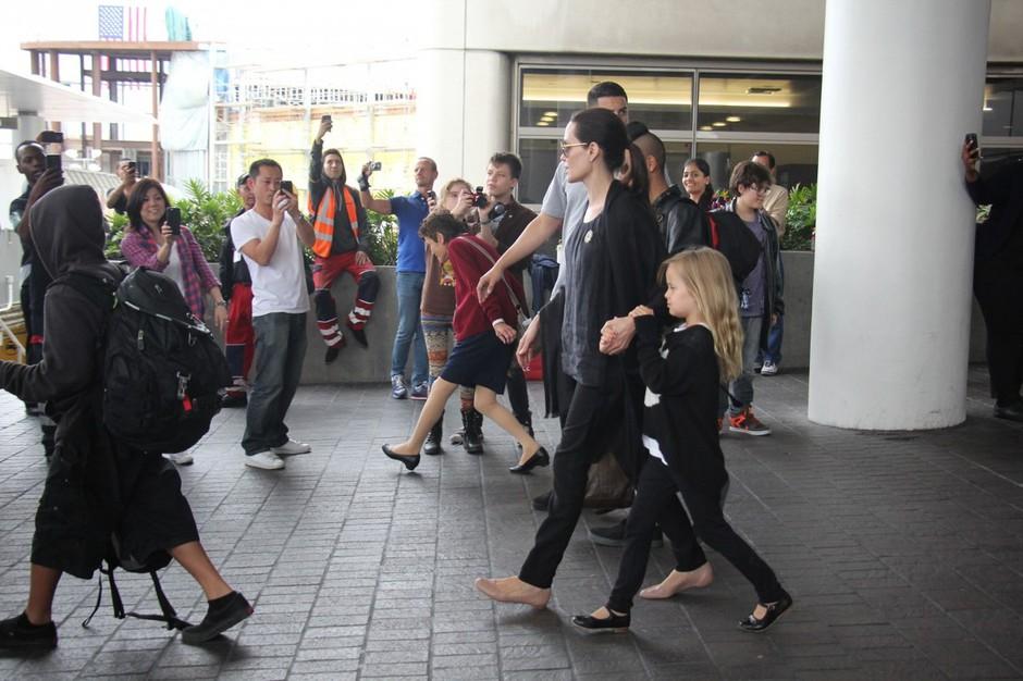 Kaos ob prihodu družine Jolie-Pitt na letališču v Los Angelesu (foto: Profimedia)